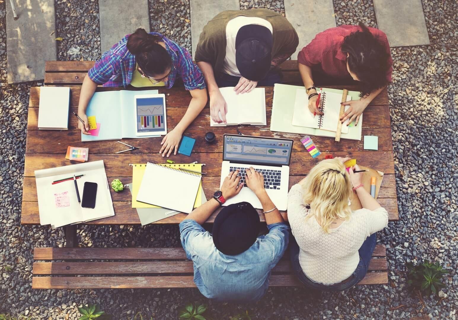 סטודנטים לומדים ביחד